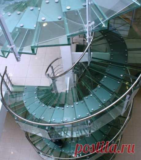 Спиральная лестница и перила из стекла
