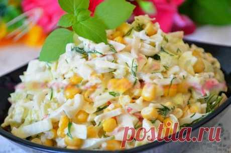 Лучшие кулинарные рецепты: Салат с кальмарами, крабовыми палочками и кукурузой.