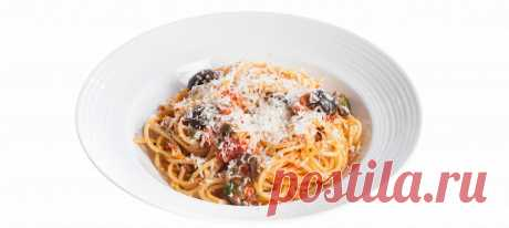 Спагетти алла путтанеска. Видеорецепт Разогреть в кастрюле на среднем огне оливковое масло. Добавить мелко нарезанные чеснок и анчоусы, подержать минуту.