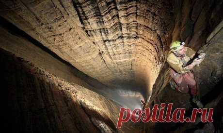 Пещера Крубера, расположенная в пределах Горного массива Арабика в Абхазии, самая глубокая известная пещера на Земле, с глубиной в 2,191 метров. Пещера также известна как Воронья, из-за большого количества гнездящихся там птиц.