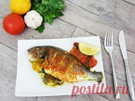 דניס שלם אפוי בתנור מתכון דניס שלם אפוי בתנור, דג דניס שלם אפוי בתנור עם שמן זית, שום, כוסברה, פפריקה, לימון ופרוסות עגבניות - ארוחת דגים טעימה וקלה להכנה