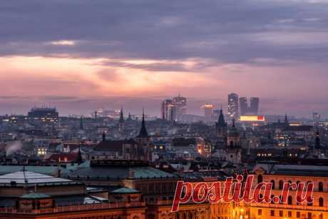 «Контраст эпох» Рассвет над Прагой. Автор фото – Денис Полтораднев: nat-geo.ru/community/user/217307/.