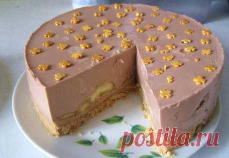 ШОКОЛАДНО-БАНАНОВЫЙ торт без выпечки. Удивительно быстрый рецепт Всем привет. Сегодня будем готовить шоколадно-банановый торт. Секрет весь в том, что этот торт не требует выпечки. Ингредиенты: для основы: Печенье — 100 (или 200) гр Масло сливочное — 50 (или 100) гр для начинки: Бананы — 2-3 шт Сметана или натуральный йогурт — 400 мл Молоко — 100 мл Сахарный песок — 6 ст.л. …