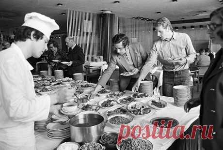 Шведский стол в гостинице Интурист. Москва.  1980 год