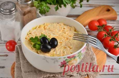 Салат слоеный со шпротами - вкусный и сытный Салат слоеный со шпротами получается вкусный и достаточно сытный. Благодаря аппетитному внешнему виду он идеально подойдет для праздничного стола.
