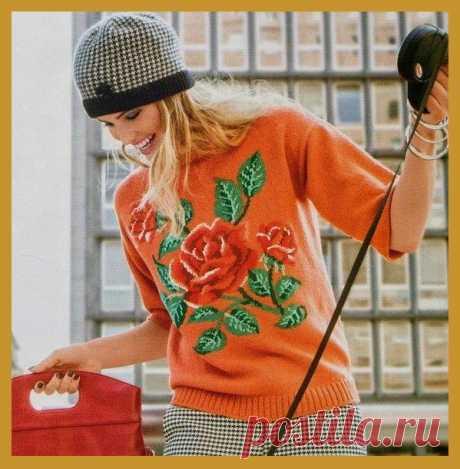 Оранжевый пуловер с красной розой