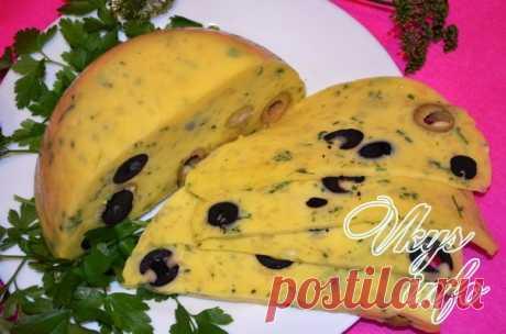 Вкусный твердый сыр в домашних условиях Утренние бутерброды немыслимы без тонкого ломтика сыра. Давайте удивим своих родных, подав к чаю необычный домашний твердый сыр с зеленью, оливками и маслинами. Освоив приготовление этого блюда, вы всегда будете готовить разноцветный сыр накануне праздников, вызывая восхищение гостей...