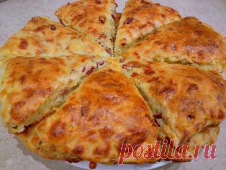 Сконы с сыром и колбасой Сконы с сыром и колбасой - это бомба. По вкусу очень напоминает пиццу. Тесто получается мягким, воздушным даже когда сконы остынут. Часто готовлю их на завтрак или в качестве перекуса. Это очень вкусно. Советую приготовить. Ингредиенты - 350 гр муки - 250 гр сыра (у меня Сулугуни) -...