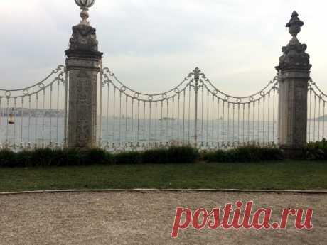 Вид на Босфор из парка дворца Долмабахчи.