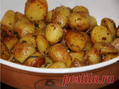 Очень вкусная картошечка, которая подойдет и на праздник и на каждый день. Ингредиенты:  - 1 кг картофеля (средний) - 2-3 зубка чеснока  - 3 ст. ложки растительного масла  - зелень (укроп, петрушка)  - приправа для картошки  - соль Приготовле приправу для ка