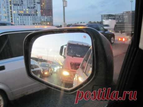 Машина сзади слепит светом фар – как можно сообщить её водителю об этом? | Автомеханик | Яндекс Дзен
