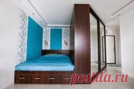 Идея организации гардероба с зонированием спальни