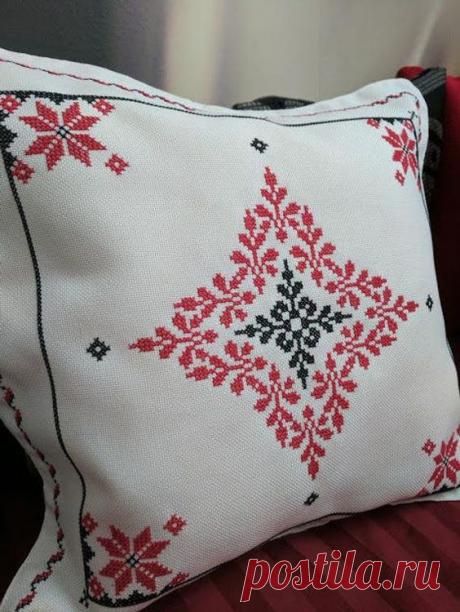 Идеи декора диванных подушек с помощью вышивки крестом, а также схемы для вышивки. | Юлия Жданова | Яндекс Дзен