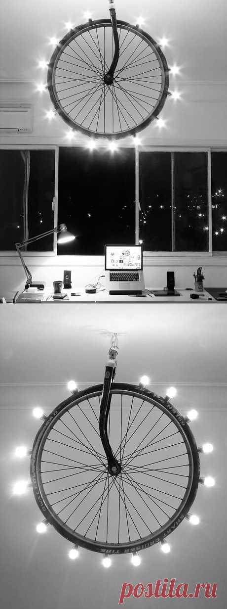 Светильник для фанатов активного отдыха!  Посмотрите, что может получится если у вас вдруг погнулась вилка от велосипеда и нет светильничка в одной из комнат. Надо только вооружиться терпением, лампочками, плоскогубцами (наверное) и, конечно же, той самой сломанной вилкой от велика.