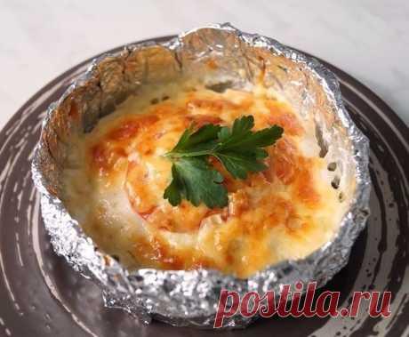 """Куриное филе """"Сюрприз"""", запечённое в фольге   Ингредиенты:  Филе куриное — 3 шт. Молоко — 1 стак. Картофель средний — 6 шт. Лук репчатый — 1 шт. Помидор — 2 шт. Яйцо — 2 шт. Чеснок — 2-3 зубчика Сыр — 150-200 г Масло растительное — для смазывания форм Майонез (можно заменить сметаной) — 3 ст. л. Соль, перец — по вкусу Зелень — для украшения  Приготовление :  1. Куриное филе нарезаем не очень крупными кусочками. Заливаем молоком и даём постоять 1-1,5 ..."""