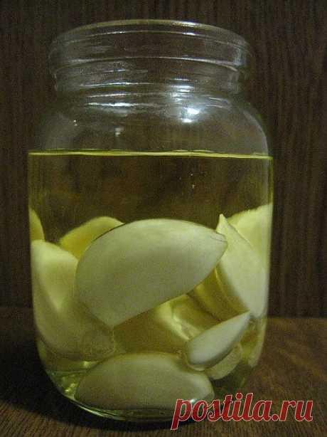 Закусочный чеснок + ароматное чесночное масло. Рецепт идет как способ хранения чеснока, а ароматное масло, как бонус в подарок. Прекрасная заправка для салатов и соусов.