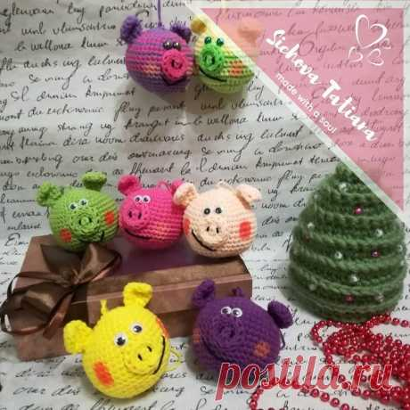 Елочные игрушки свиношарики крючком | Схемы амигуруми