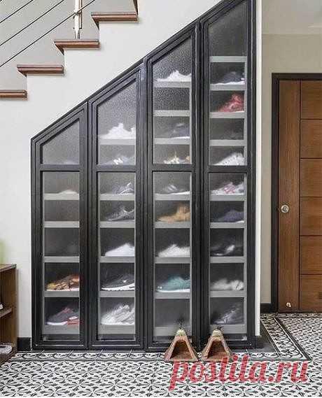 Обувница под лестницей