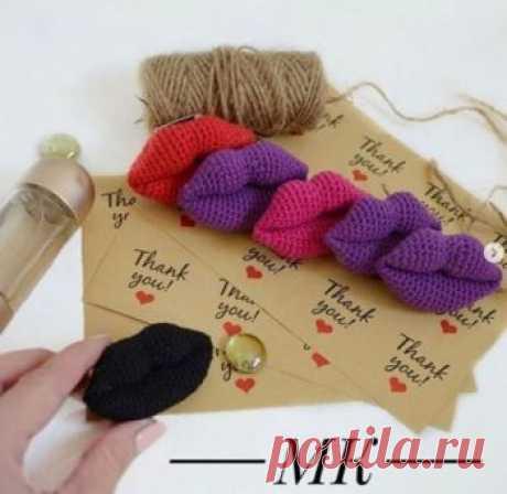 """Брошь губы крючком Автор @lessi.bags (Инстаграм). Материалы: крючок 1,5 Alize """"bella""""/Yarn Art """"ideal"""" (хлопок) или Бегония синтепух палочка для набивки (можно использовать"""