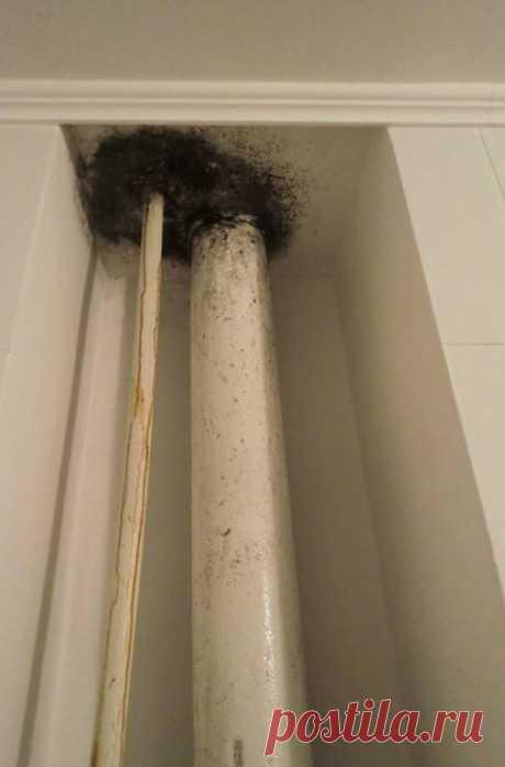 Эффективные способы устранения конденсата на трубах в ванной и туалете Содержание статьи: Причины появления Методы решения проблемы Конденсат на трубах очень частое явление. Особенно много капель воды собирается как на металлических, так и на пластиковых изделиях в летнее время. Это становится настоящей проблемой, так как на полу образуются лужи, а трубы из-за постоянной сырости ржавеют и быстро приходят в негодность. Также на стенах, потолке и