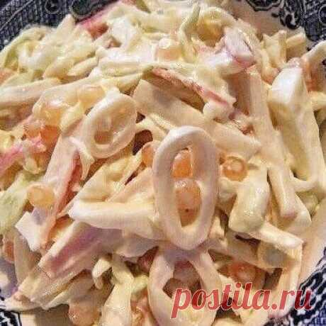 Лёгкий салат с кальмарами и овощами - Скатерть-Самобранка - медиаплатформа МирТесен Лёгкий салат с кальмарами и овощами на 100грамм – 78.38 ккал Б/Ж/У – 9.77/2.74/4.25 Ингредиенты: Кальмары сырые 300 г Морковь 100 г Огурец свежий 100 г Сельдерей черешковый 50 г Яйцо 2 шт. Кукуруза консервированная 50 г Йогурт натуральный 100 г Соль, перец – по вкусу Лук зеленый для украшения