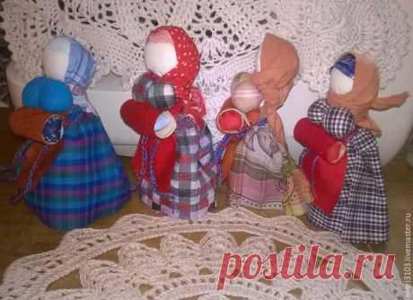Куколка «На беременность» по мотивам русских народных кукол Сегодня хочу вас познакомить еще с одной очень интересной русской куколкой — на беременность. Куколка для женщин, желающих ребенка. Сделана по мотивам аналогичных русских народных кукол. Основа куколки — березовая веточка, в фартучке «детское место» сделано из настоящей бересты. Особенностями этой куклы является большая грудь и фартук-живот, в котором спрятана пеленашка.
