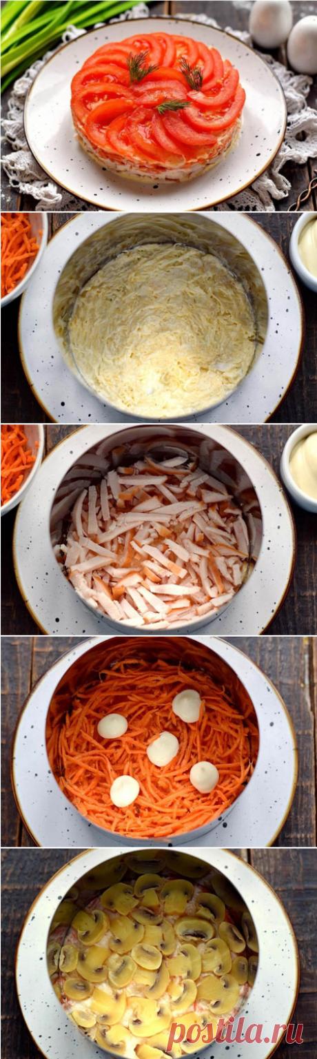 Слоеный салат с копченой курицей и помидорами  Салат готовится очень быстро, ни один из компонентов не подвергается термообработке. В качестве мясного ингредиента используем копченую куриную грудку. Салат выкладывается слоями в определенной последовательности.