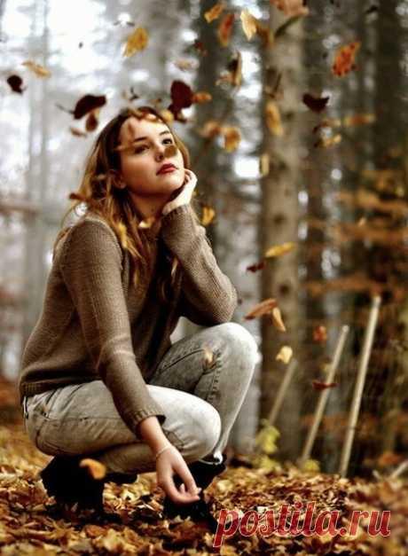 ...А осенью хочется..., нет, не грустить, Листвой пошуршать, что лежит под ногами, В бору в тихий дождик вдвоем побродить, Что пахнет хвоей и немножко грибами...  © Ирина Исмейкина
