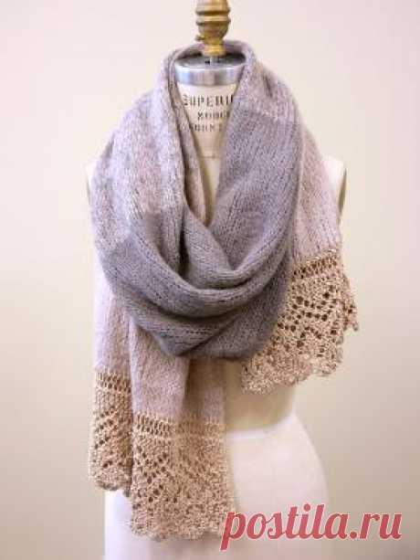 Широкий шарф с ажурной каймой Нежный шарф спицами, выполненный из двух видов пряжи. Ажурная кайма связана пряжей на основе хлопка, а для вязания основной части...