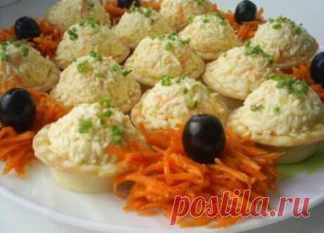 Сырные шарики для ленивых хозяек. Ингредиенты:   плавленые сырки  2-3 шт.  морковь 2-3 шт.  маслины   тарталетки   чеснок 2-3 зубчика  черный перец   майонез