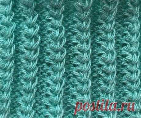 Американская Резинка Узор спицами американская резинка имеет красивый рельефный рисунок, вязка получается эластичной как резинка, поэтому отлично подходит для вязания манжет рукавов, носков и шапок и снудов, смотрится объёмно. Техника вязания американской резинки довольно простая, вы легко научитесь вязать этот узор Раппорт узора состоит из 2 рядов. Набираем количество петель кратное 5 + 2 кромочные петли 1 ряд- (изн. сторона) кром. *3изн., 2 лиц.*кром. 2 ряд- (лиц. сторона) кром., *2 изн.,
