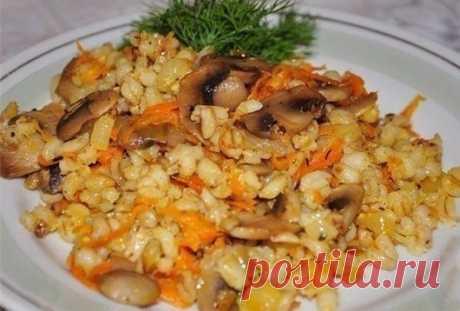 Лично я перловку обожаю потому, что я знаю как ее готовить — «перловая каша с грибами»… Как приготовить перловку вкусно Очень вкусно иполезно!   Ингредиенты:   Крупа перловая— 250 гр.  Шампиньоны— 200 гр.  Морковь— 200 гр.  Лук— 100 гр.  Масло растительное 3 ст л.  Соль.  Приготовление:   Шампиньоны или вешенки нарезаем пластинками. Натираем морковь накрупно
