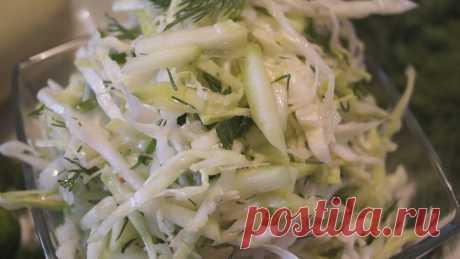 Легкий салат из капусты с кабачком за 10 минут! Салат из капусты с кабачком. Витаминный, легкий, сочный, освежающий, то что нужно в жаркую летнюю погоду, когда совсем не хочется сытных блюд.