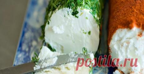 Cмешав кефир со сметаной, через два дня вы получите божественную закуску! Сливочный Домашний Сыр. PS: Проверено++ Можно добавить мелко порубленную зелень в смесь. Можно поэкспериментировать с наполнением (на ваш вкус). Готовый сыр перекладываю в небольшие контейнеры и намазываю на хлеб!!!