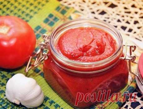 ТОП-5 рецептов домашнего кетчупа  Соус томатный Классический  Для приготовления понадобится:  • 3 кг.. помидоров; • 150 гр. сахара; • 25 гр. соли; • 80 гр. 70% уксуса;  • 20 шт. гвоздичек;  • 25 шт. перца горошком;  • 1 зубчик чеснока; • щепотка корицы; • на острие ножа острого красного перца.  Приготовление:  Помидоры мелко нарезать, выложить в кастрюлю, поставить на огонь и уварить на треть, не закрывая крышку. Затем добавить сахар, проварить 10 минут, всыпать соль и вар...
