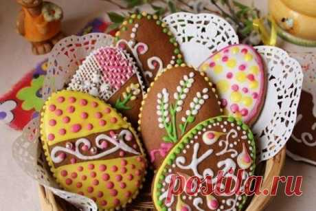 ПАСХАЛЬНЫЕ ПРЯНИЧКИ  Ингредиенты:  мука - 7 ст. мед - 250 г сахар - 250 г какао - 2 ст.л. яйца куриные - 3 шт. масло сливочное - 100 г корица, имбирь (молотый), гвоздика (молотая) - по вкусу сахарная пудра - 1 ст. лимонный сок - 2 ст.л. яичный белок - 1 шт. пищевой краситель сода - 1,5 ч.л.  ПРИГОТОВЛЕНИЕ: 1. На небольшом огне растопить масло, мед и сахар. Добавить специи и остудить до комнатной температуры. В отдельной миске тщательно взбить яйца и добавить в остывший пря...