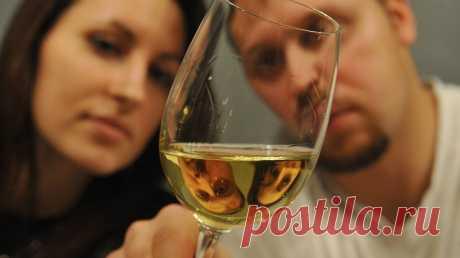 Какой алкоголь считается самым вредным для мужчин, а какой — для женщин? Это 2 разных напитка. Алкоголь, что ни говори, вреден. Причем любой. Правда, от разновидности спиртного напитка тоже многое зависит. Есть более вредные типы алкоголя и менее. Для мужчин и для женщин степень вреда разных видов алкоголя будет различной. Общее правило гласит, что женщинам стоит выпивать в 2 раза меньше... Читай дальше на сайте. Жми подробнее ➡