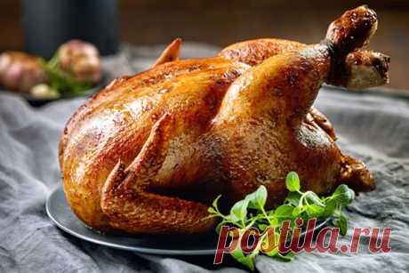 5 секретов вкусной курицы, запеченной целиком Ароматная курица, запеченная целиком, довольно незатейливое блюдо. При всей своей простоте приготовления мясо получается нежным и сочным, а его вкус мало кого оставляет равнодушным. Поскольку...