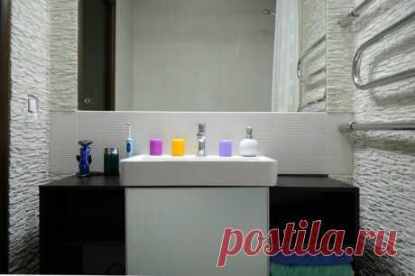 El cuarto de baño con las paredes de piedra