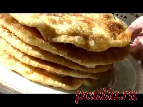 Las galletas vkusneyshie con la carne y el queso.