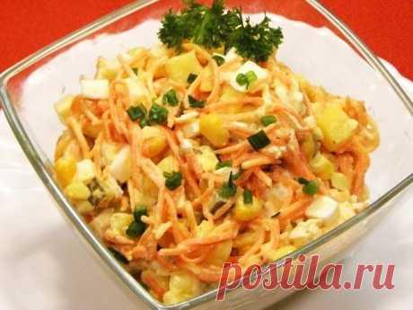 Салат с кальмарами  На 100 гр - 81,95 ккал белки - 9,89 жиры - 3,74 углеводы - 2,36  Кальмар (тушка) — 3 Штуки Морковь — 1 Штука Огурец соленый — 1 Штука Яйца — 2 Штуки Укроп — - По вкусу Сметана 10% — 50 Грамм  Кальмары очистить и отварить в течении 3 минут, затем немного охладить и нарезать тонкими колечками. 2. Морковь отварить, остудить и натереть соломкой. Так же натереть солёный огурец. 3. Добавить 2 измельчённых яйца и мелко нарезанную зелень укропа. 4.Попер...