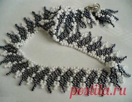 Красивое полосатое ожерелье из бисера