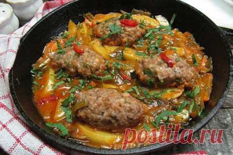 Мясные колбаски с овощами Ингредиенты: Картофель - 2 шт. Морковь - 0,5 шт. Лук-порей - 2 см. Капуста кольраби - 1/4 шт. Фарш (свино-говяжий) - 350-400. Крошка хлебная - 2 ст.л. Тимьян веточки - 1 шт. Перец чили по вкусу Специи по вкусу Томатная паста - 1 ст.л. Сахар - 1 ч. л.