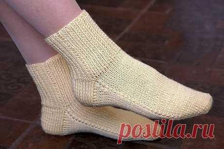 Носки на двух спицах без шва. Простой способ   Предлагаем вашему вниманию простой способ вязания носков на двух спицах. Носки хорошо сидят на ноге и удобны в носке. Эта модель носков с квадратной (прямой) пяткой. Такая пятка позволяет связать носки на любой подъем стопы: от низкого до высокого. Вязать носки на двух спицах  любят начинающие вязальщицы, так как этот способ прост и не требует большого опыта. Все же, если вы взяли спицы в руки впервые, рекомендуем посмотреть у...