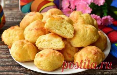Los panecillos cocidos con el queso