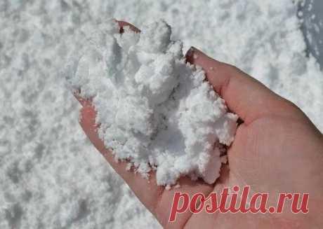 ИСКУССТВЕННЫЙ СНЕГ - СУПЕР РЕЦЕПТ!    Невероятно воздушный, мягкий и шелковистый, а самое главное - холодный на ощупь снег. И что очень понравится вашим деткам, что из него можно лепить! Например, попробуйте слепить маленького снеговика!  Рецепт очень простой: берете соду и добавляете в нее пену для бритья. Все смешиваете и в результате химической реакции получается самодельный снег, с которым интересно играть. Кроме того, такое занятие полезно для развития тактильной чувс...