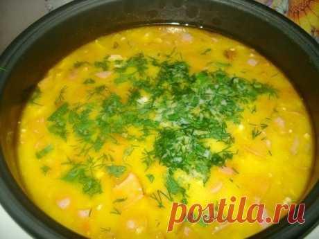 Суп из плавленых сырков в мультиварке  Нам понадобится: Картофель – 3-4 шт. Репчатый лук – 1 шт. Морковь – 1 шт. Сосиски или колбаса – 150 г. Бульон куриный. Зелень – 1 вет. Соль по вкусу Плавленные сырки – 2 шт. Растительное масло – 2 ст.л. Сливочное масло – 20 г.  Способ приготовления: • Шаг первый. Первым, что нам необходимо сделать, это проверить наличие всех ингредиентов. Если все есть, можно приступать готовить.  • Шаг второй. Если есть готовый бульон, это хорошо сэк...