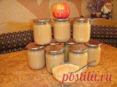 """Пюре """"НЕЖЕНКА"""".  Детки в восторге!  5 кг. яблок  1 банка сгущенного молока  0.5 стакана сахара  1 стакан воды  Яблоки помыть, дать стечь воде, затем очистить их от кожуры и  сердцевинки разрезав на 4 части, затем порезать кусочками. На дно посуды в которой будете варить влить воду (желательно взять кастрюлю с толстым дном, чтобы пюре не пригорело), уложить яблоки, накрыть крышкой и варить на медленном огне пока яблоки не станут очень мягкими (примерно минут 30). Затем выключить огонь и яблоки тщ"""