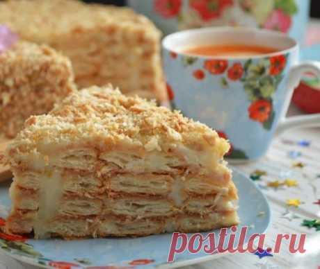 """Торт """"Ленивый Наполеон"""" Слоеное печенье— 800 г Молоко — 1 л Мука — 6 ст. л. Сахар — 0,5 стак. Ванильный сахар — 10г Яйцо — 3 шт. 1. В глубокой посудине соедините венчиком яйца и сахар, всыпайте муку, вливайте стакан молока. 2. Всыпьте ванильный сахар, яично-мучная смесь должна быть без комочков, однородной и гладкой. 3. Оставшиеся 800 мл молока -до кипения. 4. В горячее молоко влейте тонкой струйкой яично-мучную смесь, постоянно работайте венчиком. Доведит"""