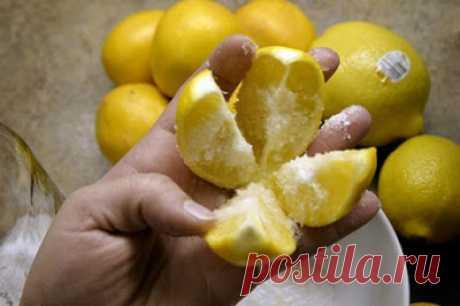 Полезные советы: Разрежьте 1 лимон на 4 части, посыпьте солью и положите на кухне! Этот трюк изменит вашу жизнь навсегда!